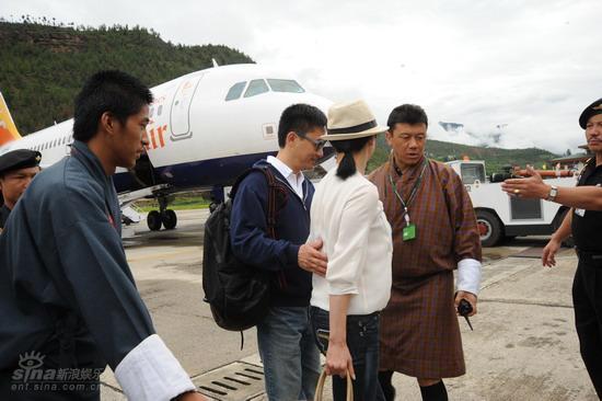 图文:梁朝伟刘嘉玲大婚--准备登机