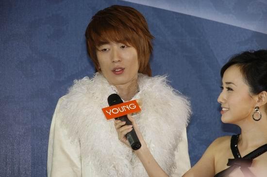 图文:风尚大典发布会李在元接受采访