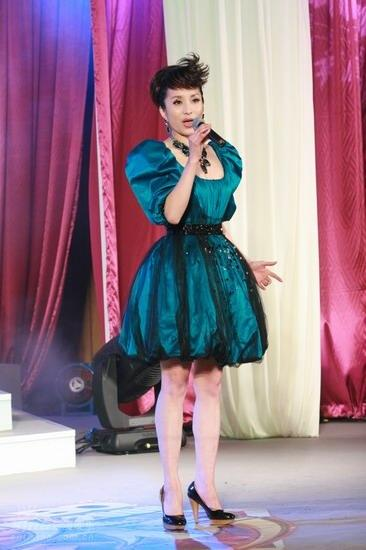 图文:BQ红人榜现场汤灿身着蓬蓬裙