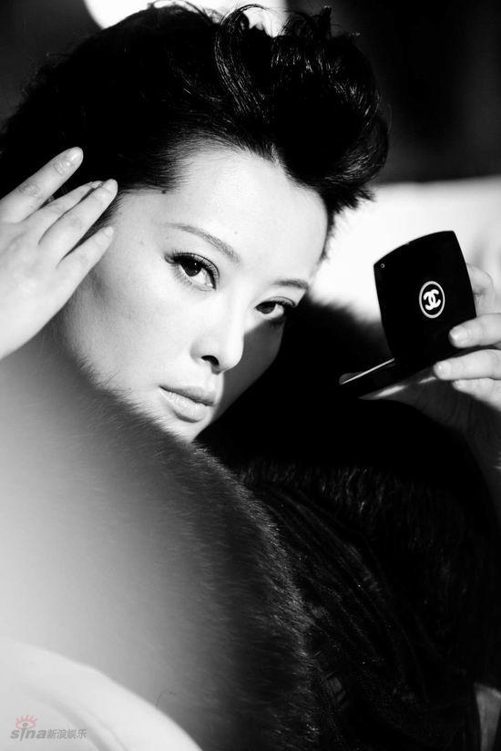 ( blog) 最新出炉的写真里,她将自己大女人的一面展现无遗,深灰的长款西装烘托出袁立别样的女人味道,无论是颔首一笑,还是回目凝视,她都透着一股王的气息,举手投足间干练而又充满气势。   袁立主演的电视剧《上海王》目前正在江西卫视热播,继上一轮在北京台播出后再一次掀起热潮。袁立在剧中所饰演的筱月桂一角打动了无数电视观众,人们发现伶牙俐齿、机智过人的杜小月原来也有王者之风。筱月桂经历了上海历任三届最有权势的男人,从一个地位卑微的小丫鬟一步步走向尊贵地位。   袁立本人很认同筱月桂的思想,她说:我有大姐