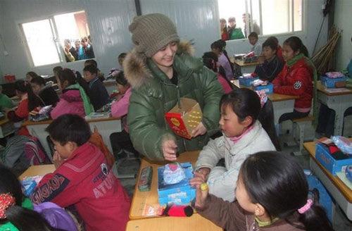 图文:阿娇冬季北川送温暖-阿娇和孩子们互动