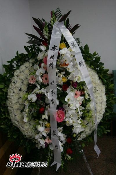 图文:潘星谊举行遗体告别-好友齐桥桥送花圈