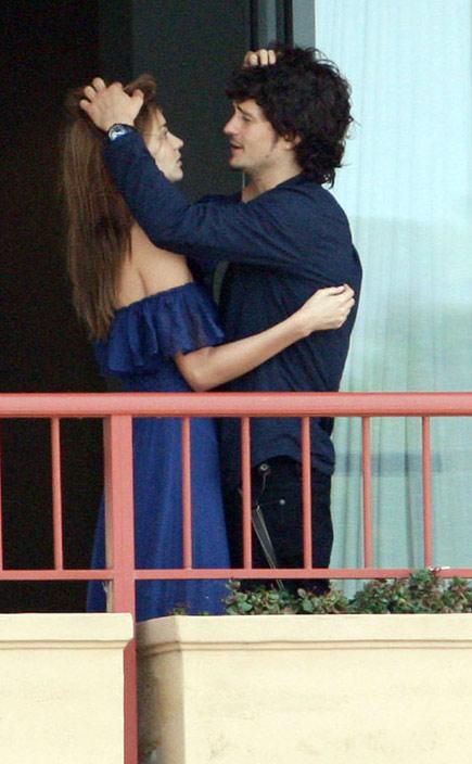 图文:布鲁姆与女友阳台拥吻-奇怪的小动作