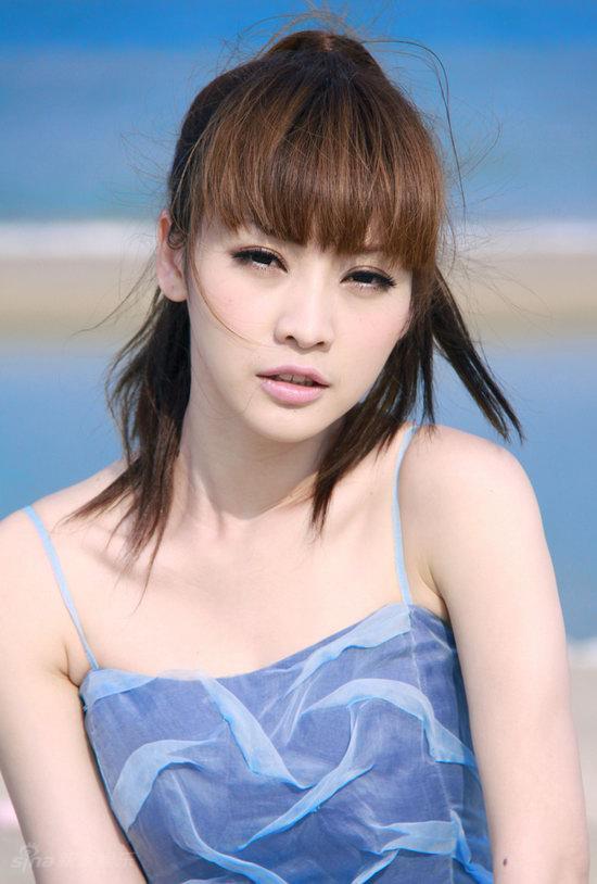 图文:柳岩海滩清凉写真--精致面庞