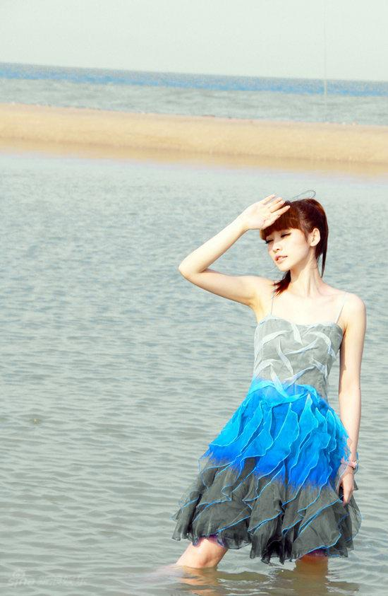 图文:柳岩海滩清凉写真--陶醉神情