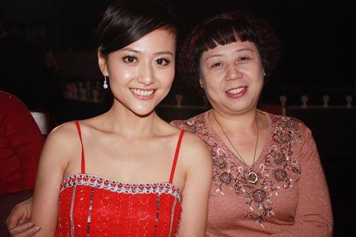 图文:橙天娱乐艺人母女照--杨婷婷和妈妈