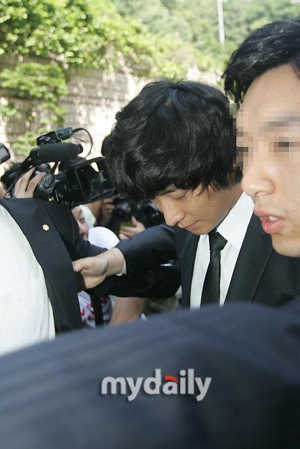 图文:朱智勋吸毒案宣判--朱智勋低头进法院