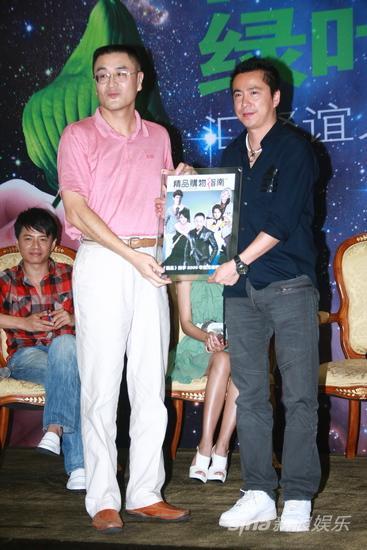 图文:华谊明星汇官网启动-双方赠送纪念品