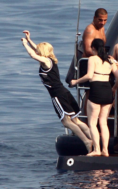 图文:麦当娜全家戏水-麦当娜准备入水