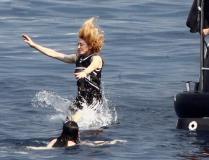 组图:麦当娜与小男友玩跳水当众拥吻爱意绵绵