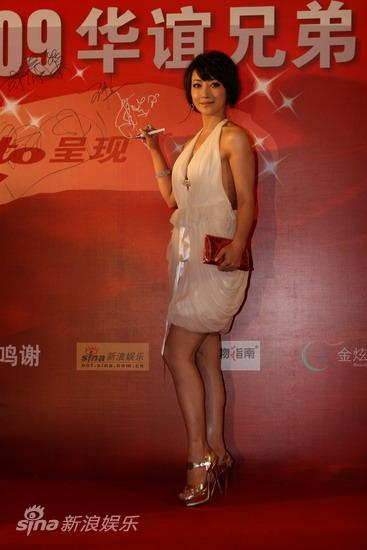 图文:华谊明星汇红毯--陈紫函签名留影