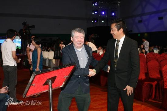 图文:华谊明星汇盛典现场--文隽王中磊热情握手