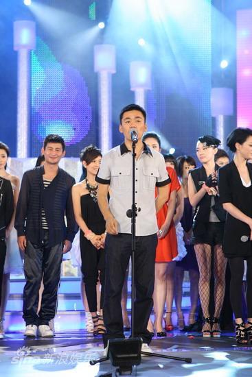 图文:华谊明星汇盛典现场-王宝强领唱
