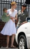 组图:妮可一家三口幸福出游穿小白裙显清爽