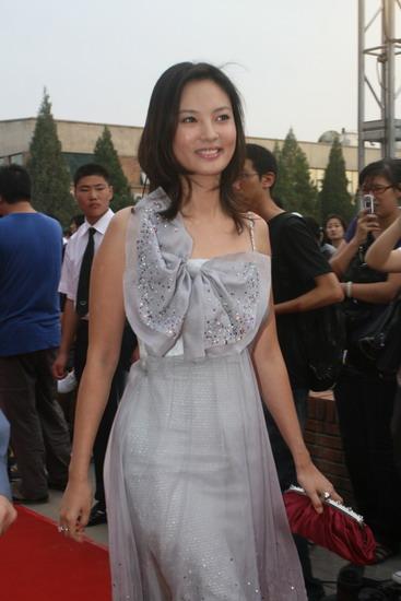 图文:众明星亮相明月盛典-刘芳菲大方微笑亮相