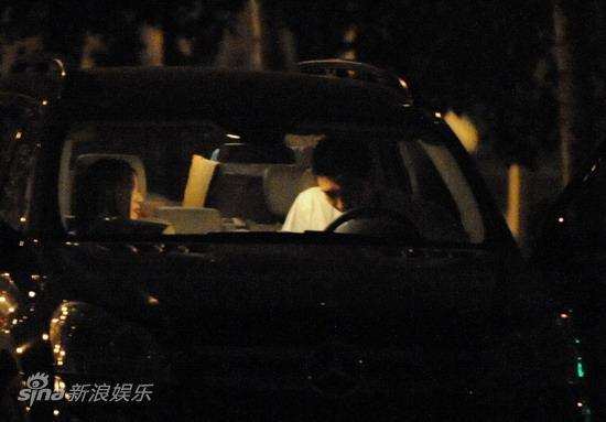 图文:孙悦与新女友树林车震--两人闲聊