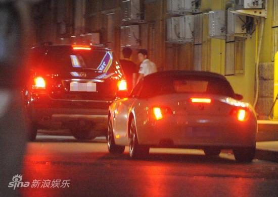 图文:孙悦与新女友树林车震--自行驱车离开