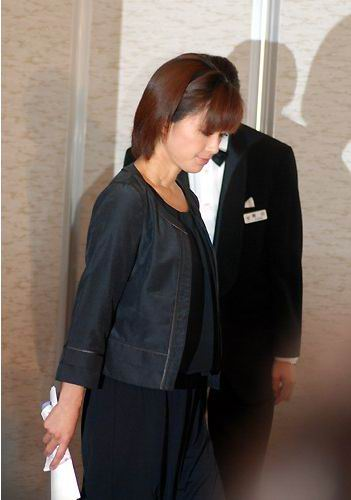 图文:酒井法子记者会-酒井法子入场