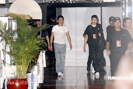 图文:刘德华婚后生日派对-刘德华在保镖护卫下出现