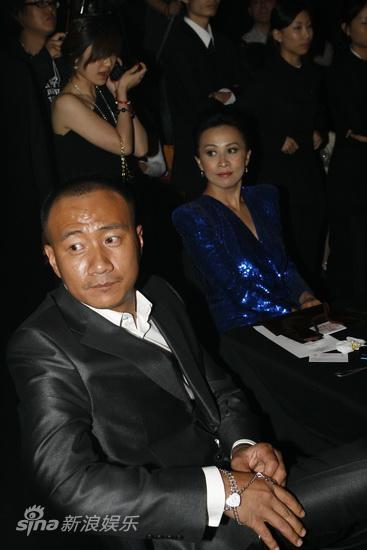 图文:BAZAAR明星慈善夜晚宴-胡军刘嘉玲台下专注