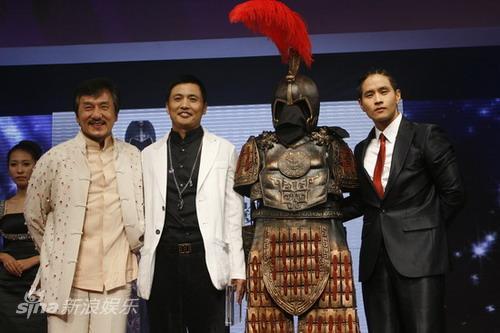 图文:BAZAAR明星慈善夜晚宴-成龙与韩国舞王颁奖
