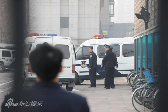 图文:臧天朔案今将宣判--多名警察在现场