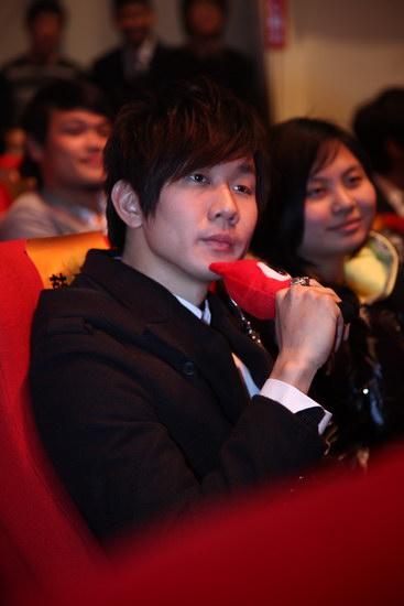 图文:2009新浪网络盛典--林俊杰手持小浪