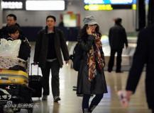 组图:爱戴返京现身机场两神秘帅哥热烈相迎