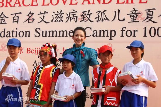 图文:章子怡出任慈善大使-章子怡与参加夏令营的孤儿合影