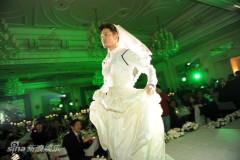 """沙溢穿婚纱变疯狂""""新娘""""热舞连拍三十张(图)"""