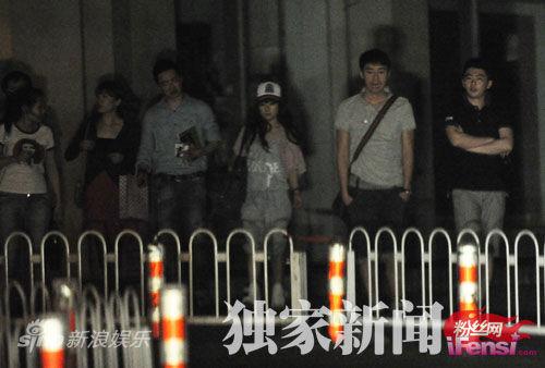 刘璇时尚造型出街 深夜泡吧会友 男友陪同返回公寓(组图)