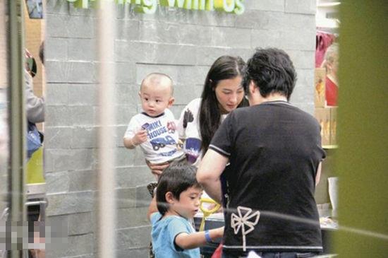 孩子们开心围在妈妈身边