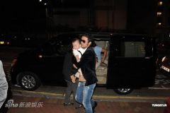 谢霆锋携两子贺拉姑生日父子装上阵场面温馨