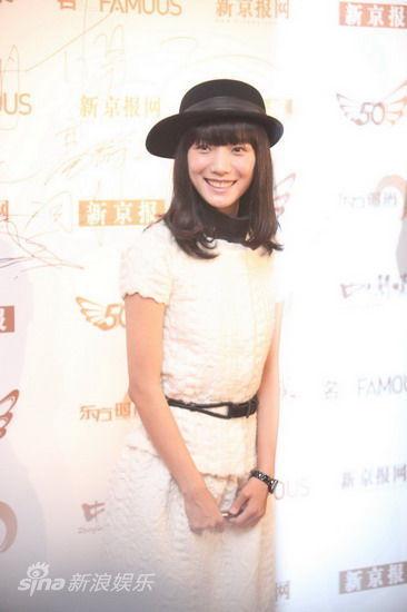 王珞丹清新白裙戴帽俏丽