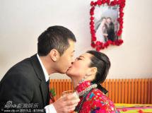 贾樟柯赵涛汾阳老家完婚燃香祈福甜蜜拥吻(图)