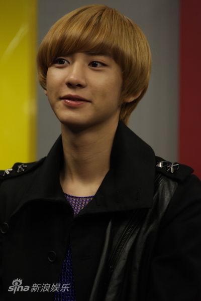 图文:exo-k做客新浪聊天--灿烈微笑_影音娱乐; 灿烈侧脸; 灿烈微笑