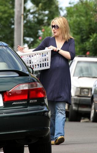 组图:准妈妈布兰切特外出购物孕味十足气色佳