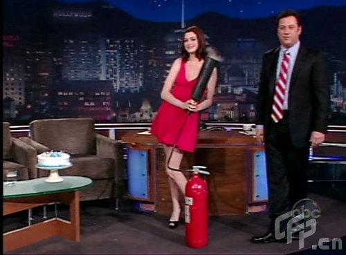 组图:安妮-海瑟薇红裙似精灵用灭火器喷蜡烛
