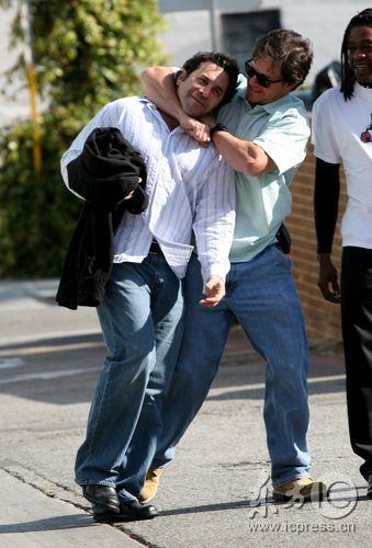 组图:马克-沃尔伯格在街头与朋友嬉闹扭打