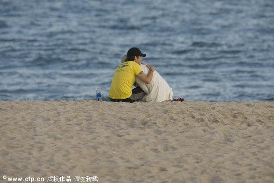组图:妮可-基德曼与老公海滩漫步相拥秀恩爱