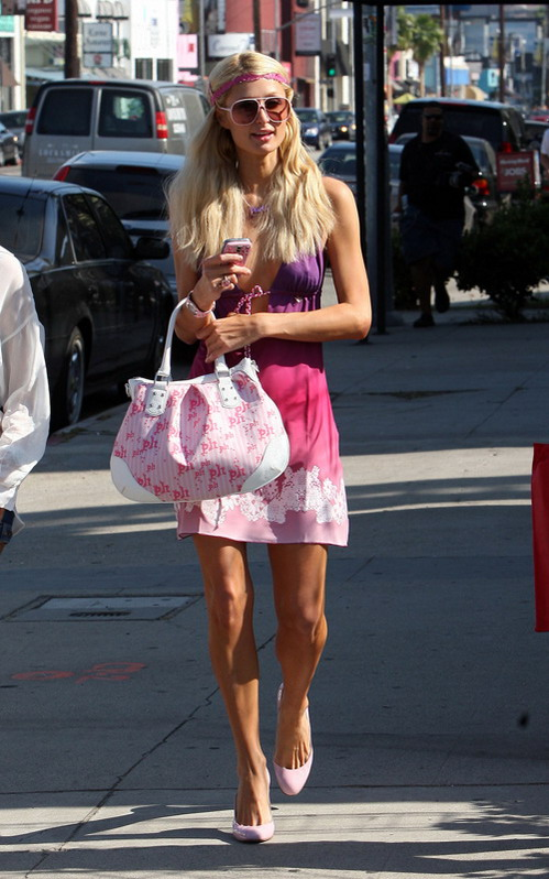 组图:希尔顿穿超深V领裙逛街装备全是自家货