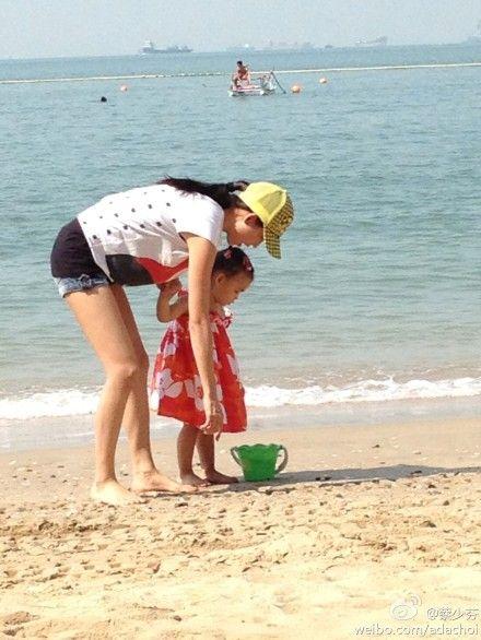 蔡少芬带两岁女儿沙滩游玩