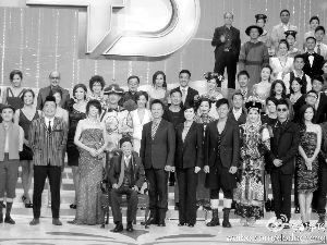 2011年10月,邵逸夫精神抖擞地出席TVB台庆亮灯仪式,他坐在椅子上与一众艺员拍大合照。这也是六叔最后一次�