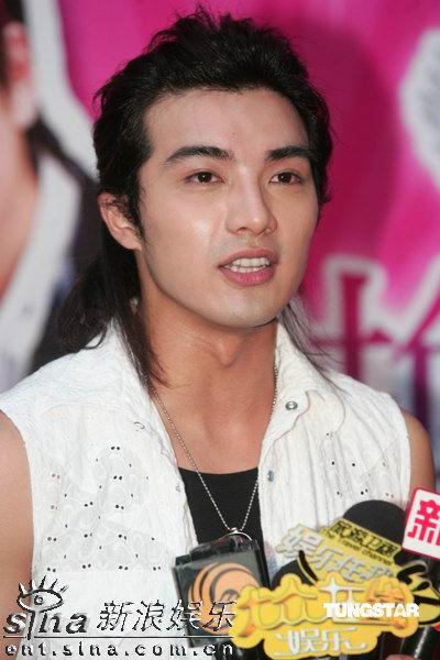 《换换爱》推出了写真集,戏中三位主要演员杨丞琳,王传一,贺军翔特地