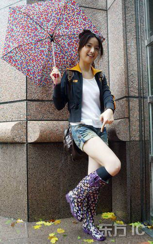 借机秀漂亮雨鞋