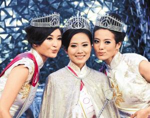 冠军朱晨丽(中)与亚军朱希敏(左)、季军许亦妮(右)合影。