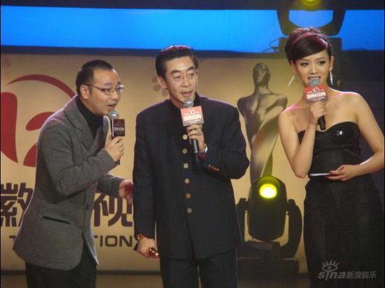 李晓峰低胸晚礼盛装主持国剧盛典 尽显优雅大