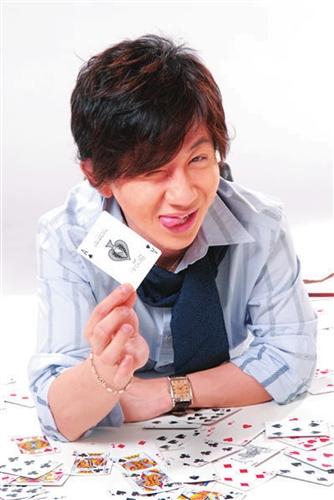 刘谦元宵央视变扑克右手臂比左手长3厘米(图)