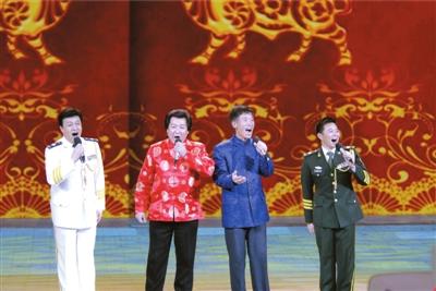 春晚红人农民歌手练歌压上大石板(图)