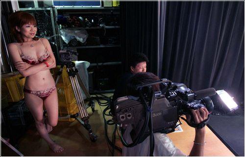 现场直击:带你深入了解裸体主播报新闻(图)